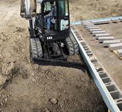 Escavatore compatto (miniescavatore) Bobcat con lama angolabile.