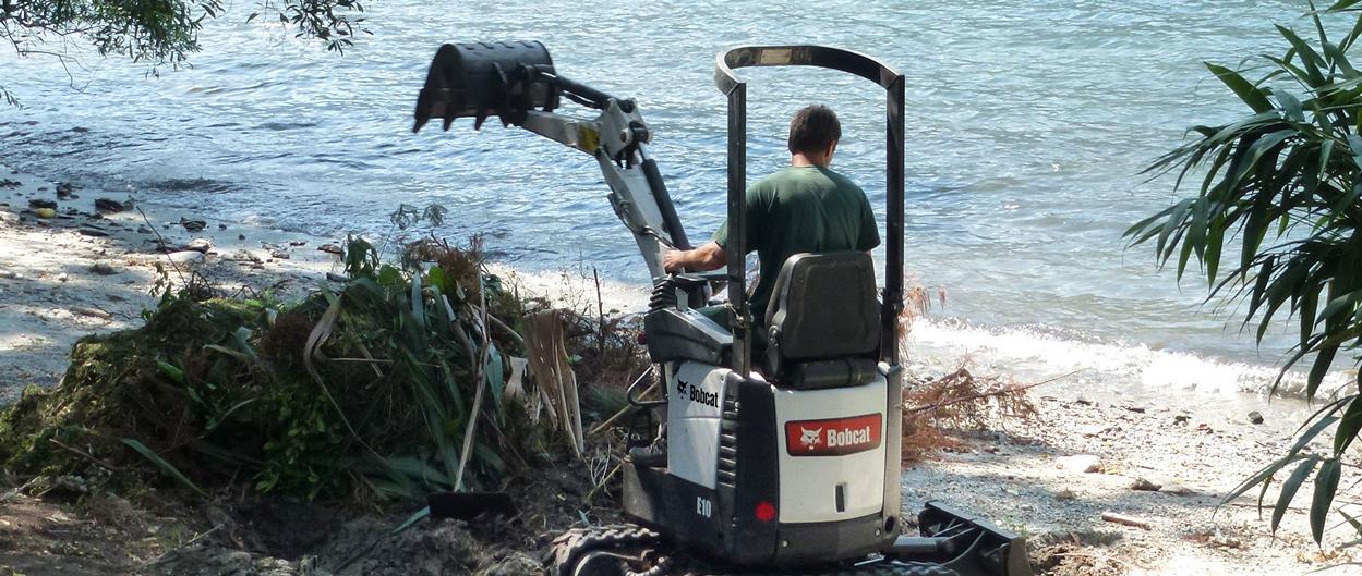 Escavatore compatto (miniescavatore) Bobcat E10 in applicazione di paesaggistica