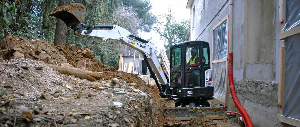 Excavadora compacta (miniexcavadora) Bobcat E35 con implemento de ahoyador.