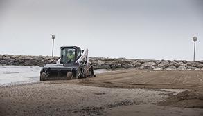 Bobcat Kompakt-Raupenlader T770 mit Sandreiniger als Anbaugerät