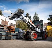Le pale compatte con ruote Bobcat si adattano facilmente a qualsiasi lavoro grazie all'ampia gamma di accessori. La portata idraulica ausiliaria di 100 l permette un azionamento fluido anche degli accessori più complessi.