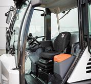 Configura la tua macchina come preferisci per avere il massimo comfort grazie al joystick regolabile, collegato al sedile a sospensione, e allo sterzo e al bracciolo anch'essi regolabili.