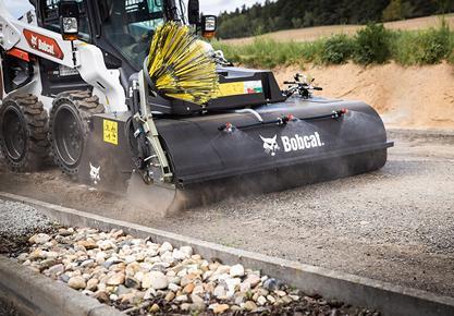Компания Bobcat представляет новую линейку навесных подметальных щеток с бункером