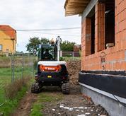 Bobcat-Kompaktbagger bei der Fahrt mit Schaltautomatik.
