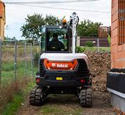 Excavadora compacta Bobcat (miniexcavadora) con desplazamiento con cambio automático.
