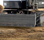 Excavadora compacta Bobcat (miniexcavadora) con hoja orientable y borde de ataque reversible.