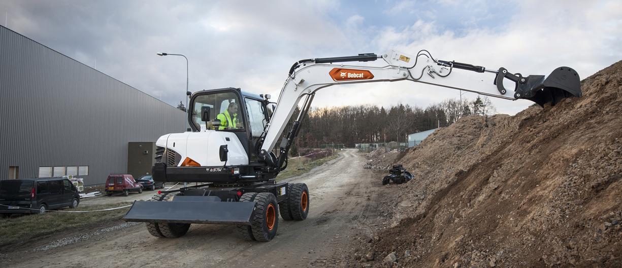 Escavatore gommato Bobcat E57W con pinza da demolizione