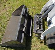La minicargadora de orugas Bobcat con implemento ahoyador cava un agujero.