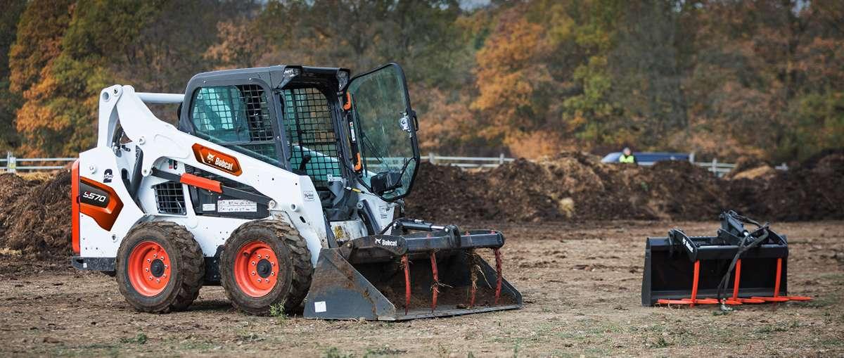 Chargeuse compacte Bobcat S570 déversant des débris