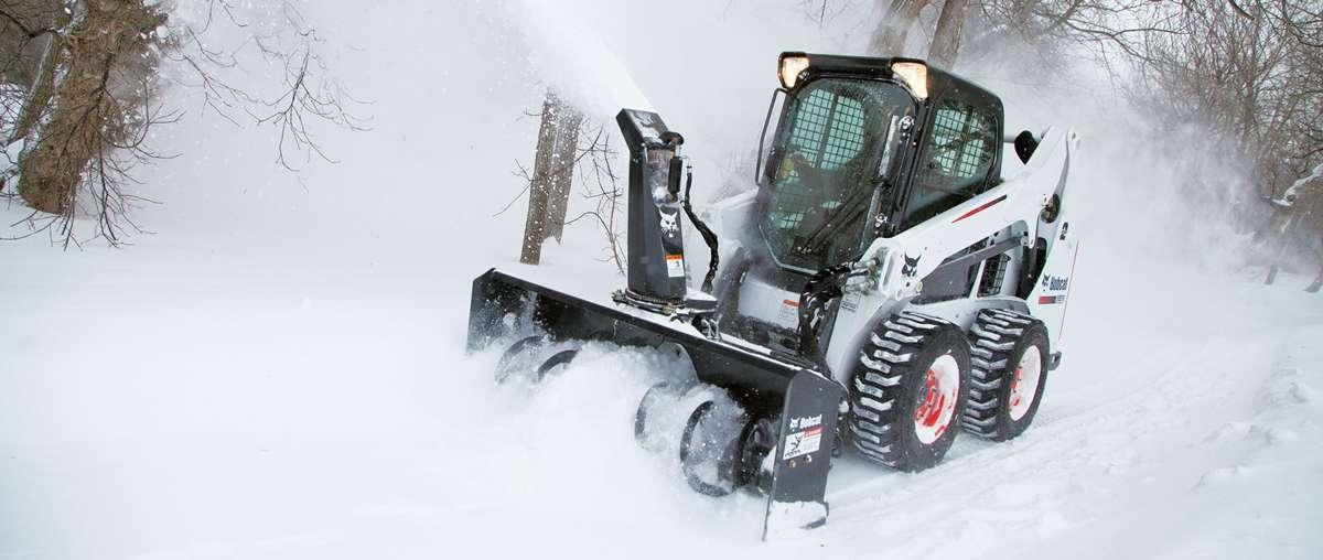 Bobcat schranklader met aanbouwdeel sneeuwblazer.