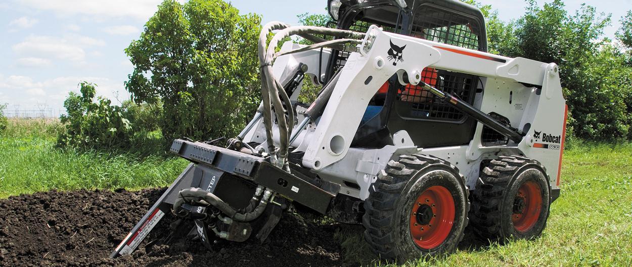 Cargadora compacta Bobcat S630 con zanjadora.